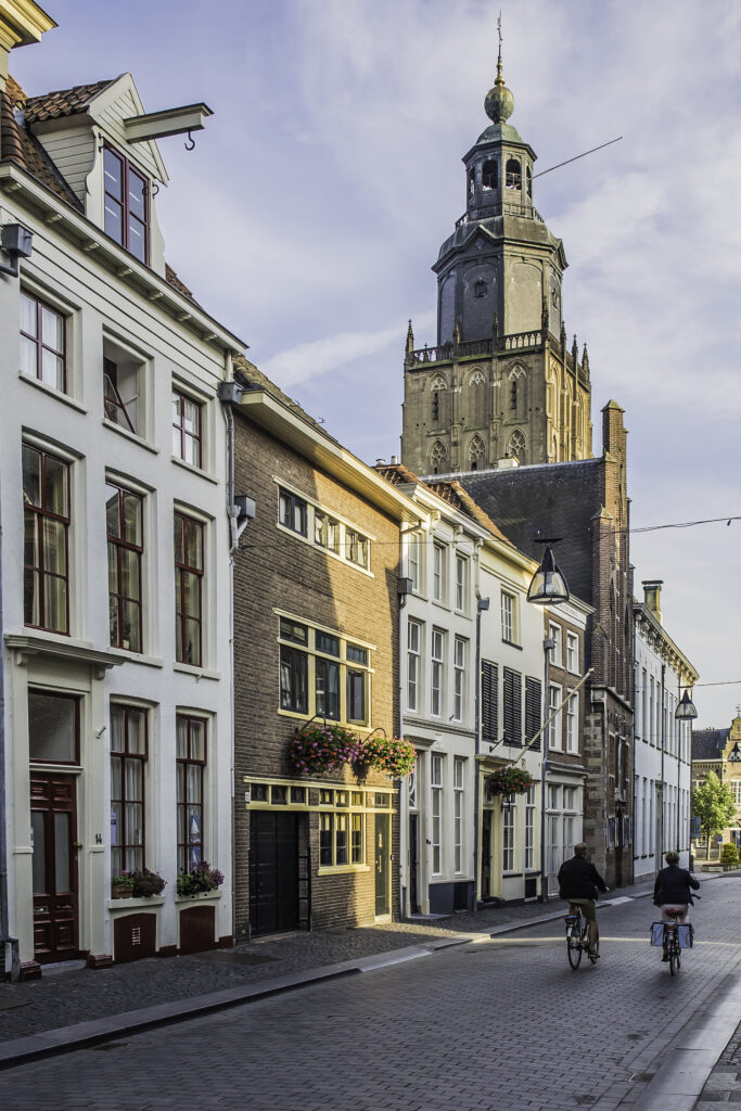 Walburgiskerk gezien van af de Lange Hofstraat